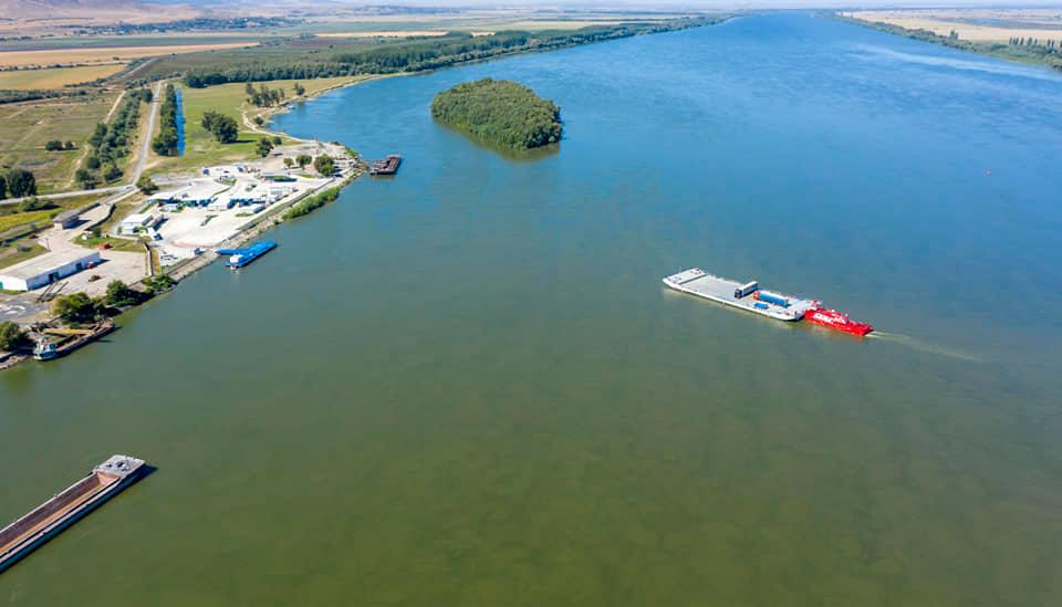 """Вантажівками через Дунай – майже 600 """"фур"""" за перший місяць поромної переправи"""