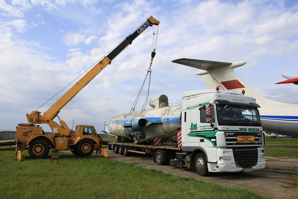 """""""Антикварний"""" негабарит: найстаріший Як-40 перевезли у музей"""