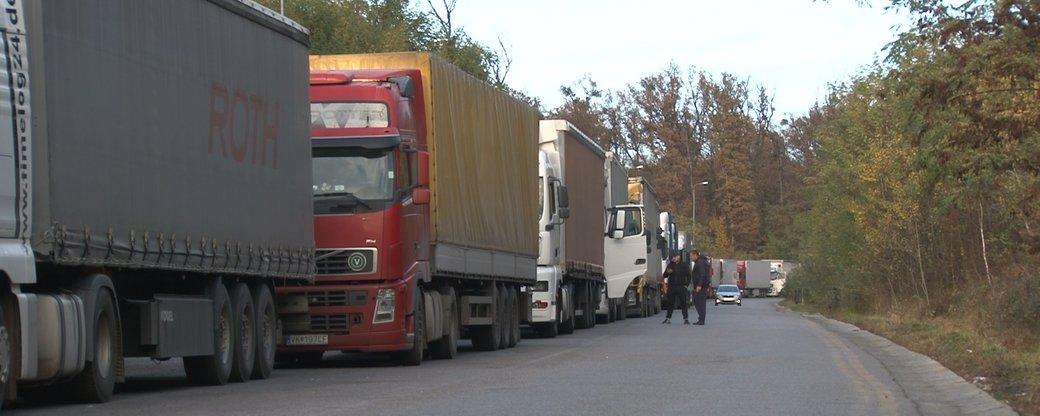 Сотні вантажівок – у чергах до кордону на Закарпатті