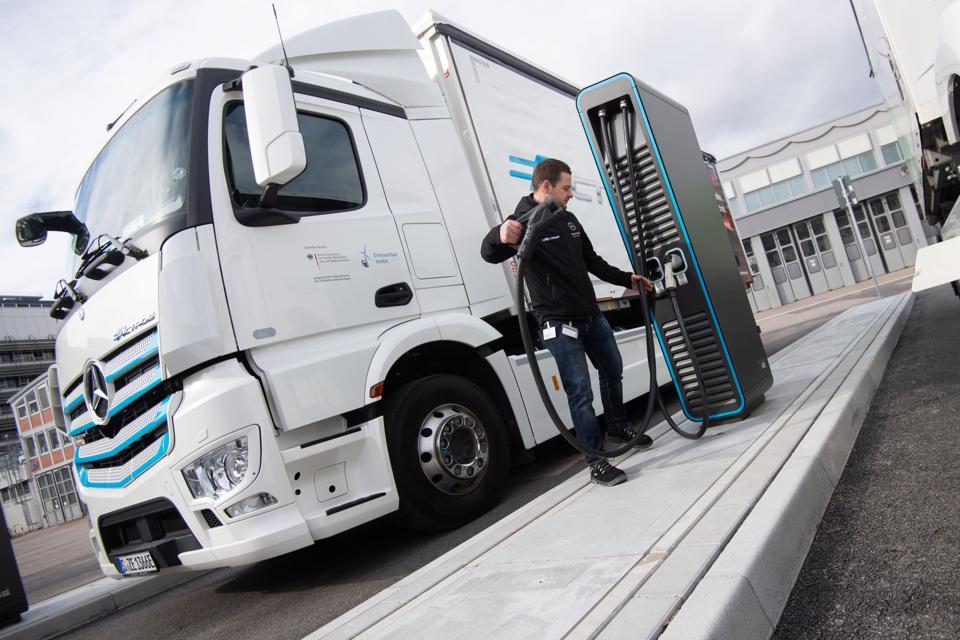 Франція доплачуватиме по50 – 100 тисячєвро для купівлі електричнихі водневих вантажівок