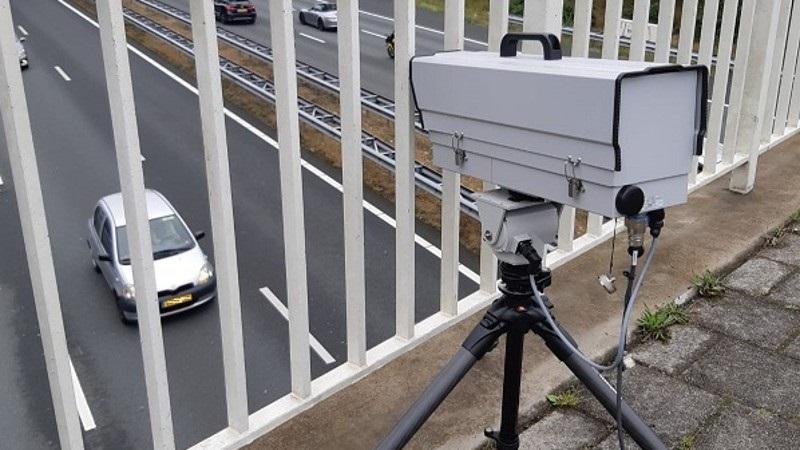 Нові камери у Нідерландах полюють за водіями з телефоном у руці