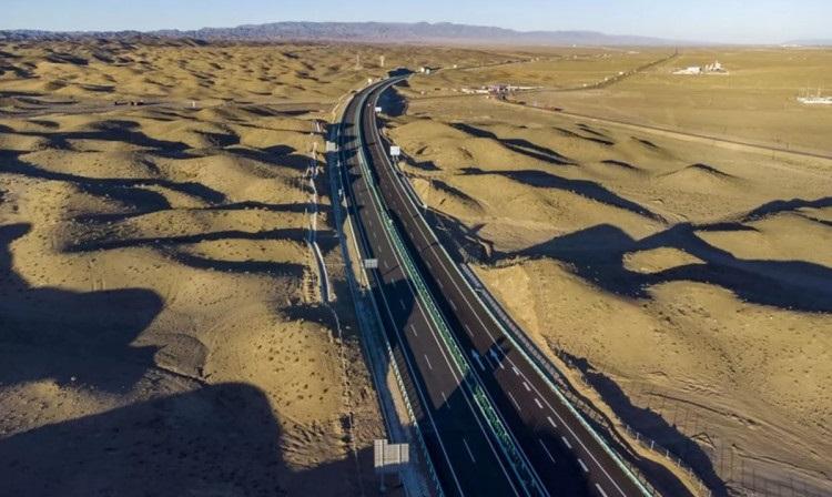 Китайці відкрили найдовшу в світі автомагістраль через пустелю